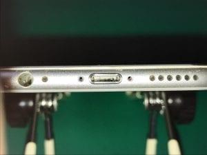 iPhoneのドックコネクタの汚れ