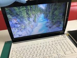 ノートパソコンの液晶パネルも交換してます