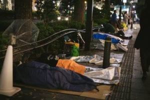 徹夜行列の寝袋組