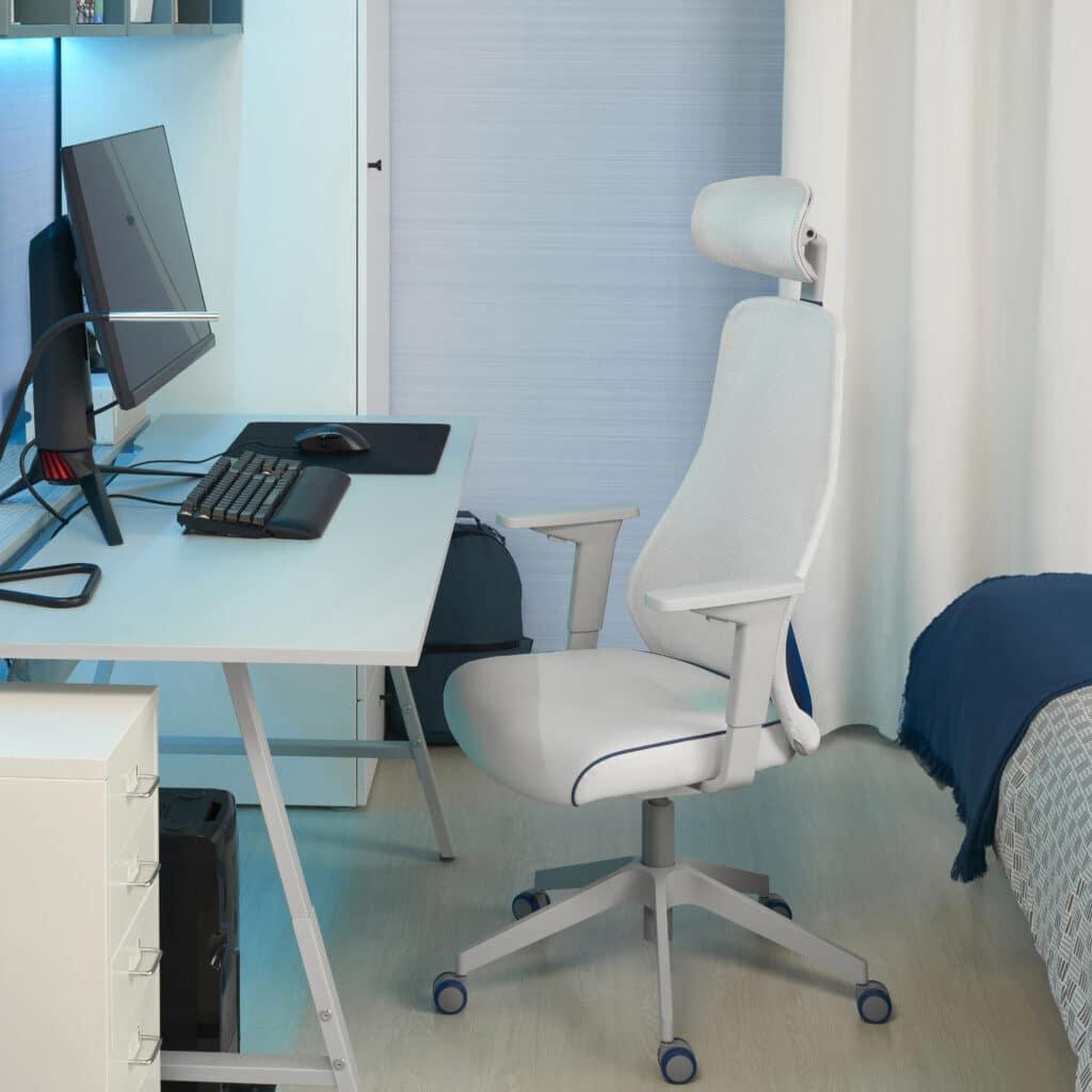 IKEAデザインのゲーミングチェアとデスク